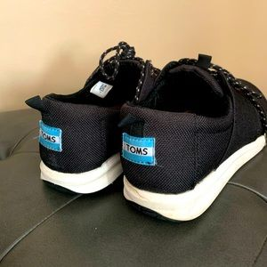 TOMS canvas lace up walking shoes
